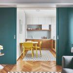 Obývačka prepojená s kuchyňou posuvnými dverami