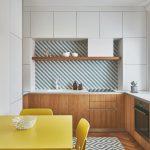 Biela kuchyňa žltý stôl