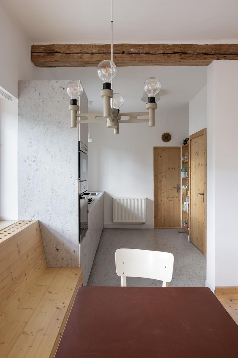 Pohľad z jedálne do malej kuchyne