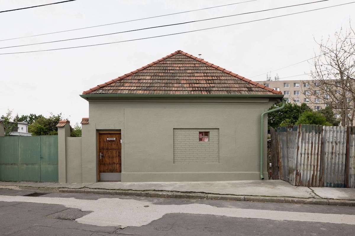 Rodinný dom z ulice s malým okienkom