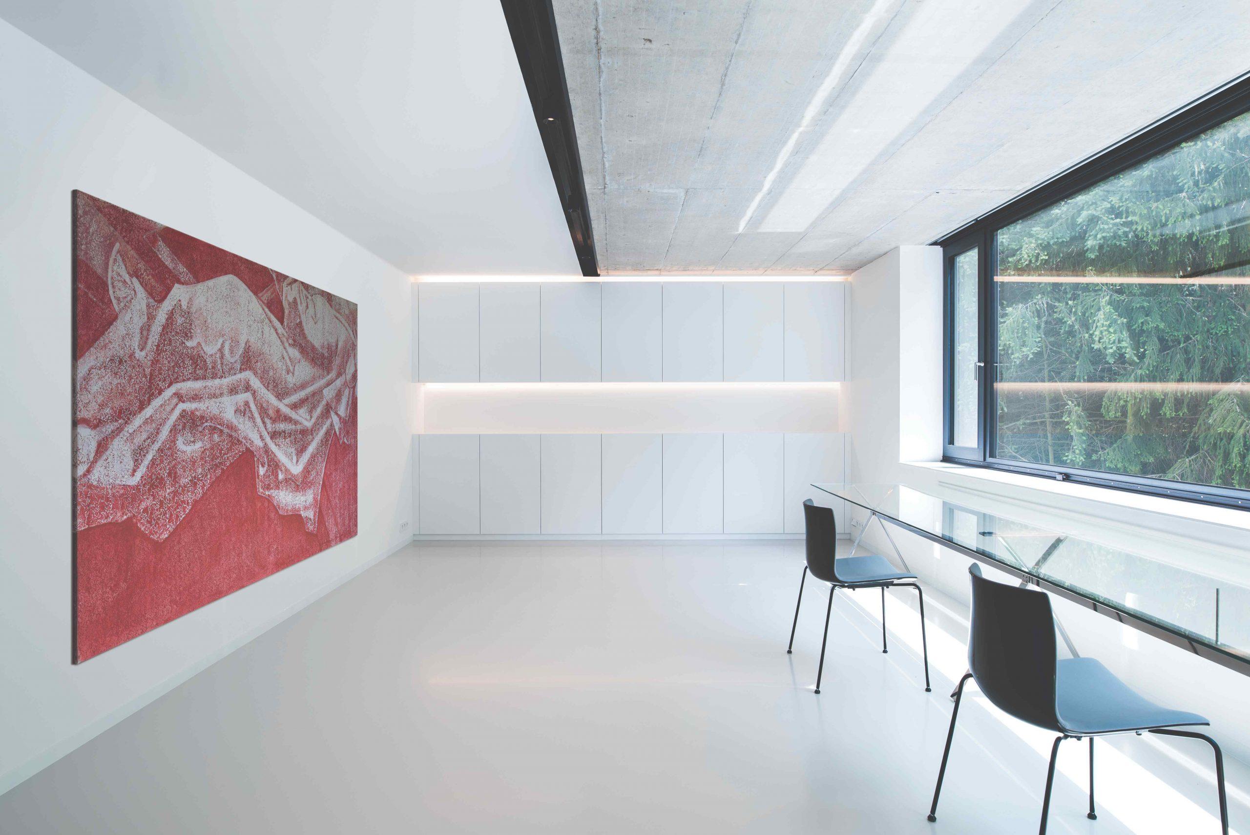 Moderná biela pracovňa so skleneným stolom
