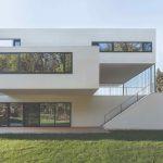 Moderný trojkvádrový dom s veľkými oknami