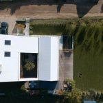 Biely dom z vtáčej perspektívy
