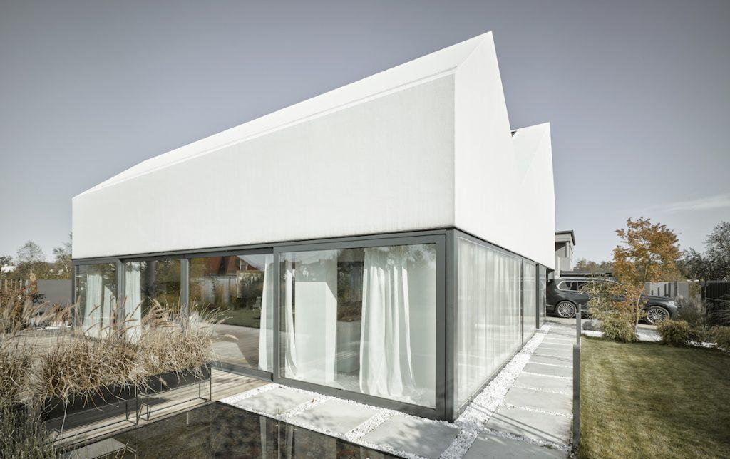 Tvarovo neobvyklý rodinný dom s pôvabným átriom