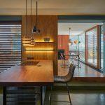 Kuchyňa s dreveným barovým pultom