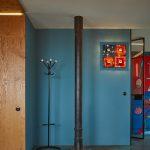 Modrá stena v chodbe