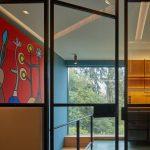 Schodisko modrá stena kov a farebný obraz