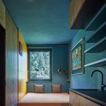 Izba s modrou a žltou stenou