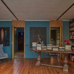 Pracovňa s knižnicou a modrými stenami