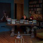 Hřebejk v pracovni knihy na stole
