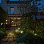 Večerná záhrada s osvetlením