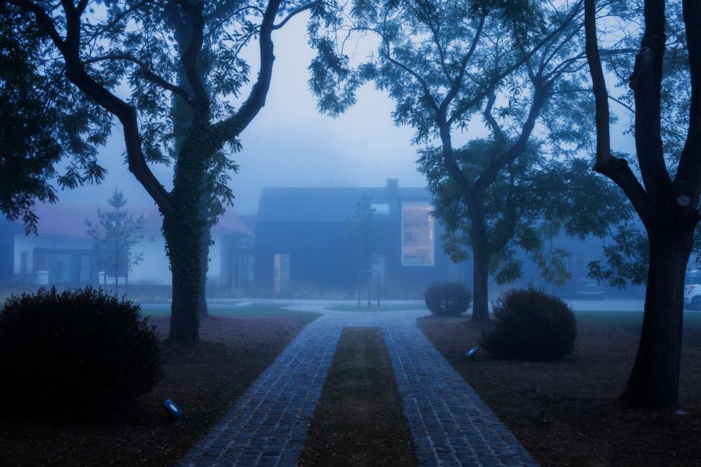 Chodník rezidencii v hmle