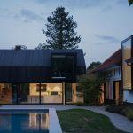 Statok ako dva moderné domy a bazén