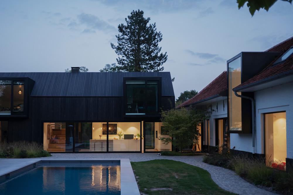 Statok premenený na dva moderné domy s bazénom
