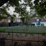 Záhrada a rezidencia v pozadí