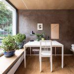 Spálňa so stolíkom a výhľadom do záhrady