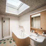 Kúpeľňa s vaňou a strešným oknom