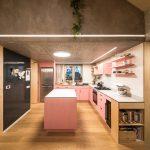 Kuchyňa s ružovou linkou a knižnica