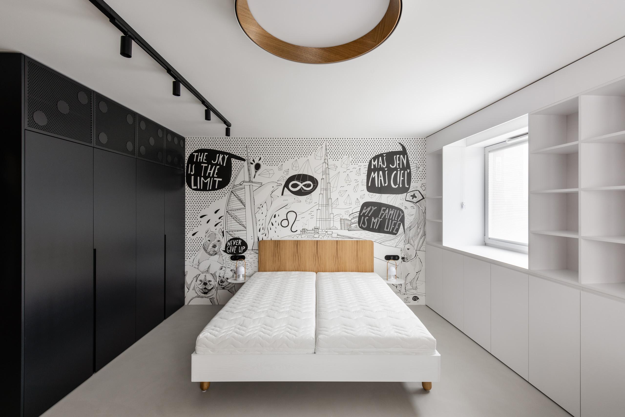 Čiernobiela spálňa s komixovou tapetou
