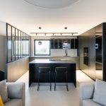 Obývačka s čiernou kuchyňou sklenená stena