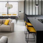 Obývačka a čierna kuchyňa so žltými detailami