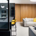 Obývačka drevo svetlý gauč