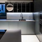 Čierna kuchyňa so svetlou podlahou
