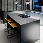 Čierna kuchyňa s ostrovčekom