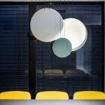 Jedáleň žlté stoličky guľaté veľké svietidlá
