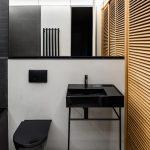 Čierna toaleta s dreveným paravánom