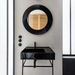 Čierne dizajnové umývadlo azrkadlo v kúpeľni