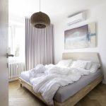 Spálňa so závesmi a ratanovou lampou