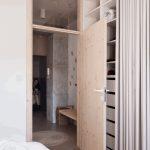 Vysoké dvere v spálni ratanová lampa