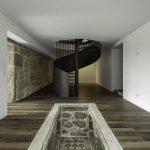 Kovové točité schodisko v dome