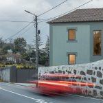 Zelený dom kamenný plot ulica