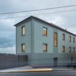 Trojpodlažný zelený dom z ulice