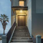 Vchod do trojpodlažného domu