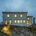 Trojpodlažný dom kamenný plot