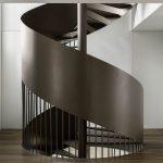 Veľké kovové točité schodisko v dome