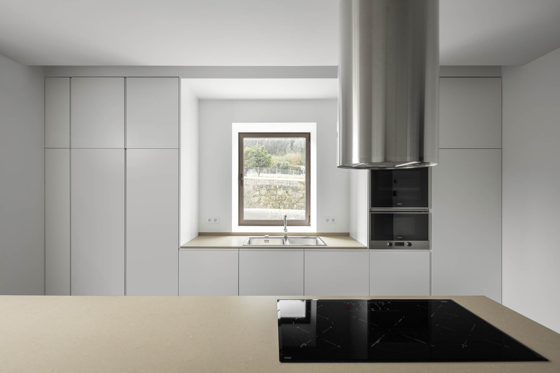 Kuchyňa jednoduchá biela s oknom