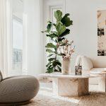 Dizajnová obývačka s bielymi závesmi
