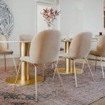 Jedáleň s ružovými stoličkami vintage štýl