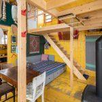 Chatka žltý interiér schody a pohovka