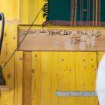 Podpisy na drevenej doske v chatke