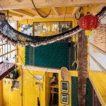 Vrchné podlažie chatky dekoráciami