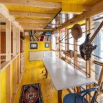 Horné presklené podlažie chatky s dekoráciami