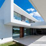 biely dovolenkový dom s bazénom