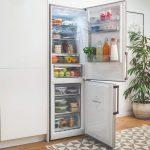 Otvorená chladnička v kuchyni