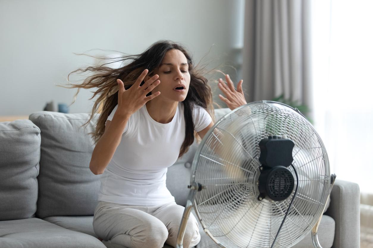 žena sa chladí pred ventilátorom