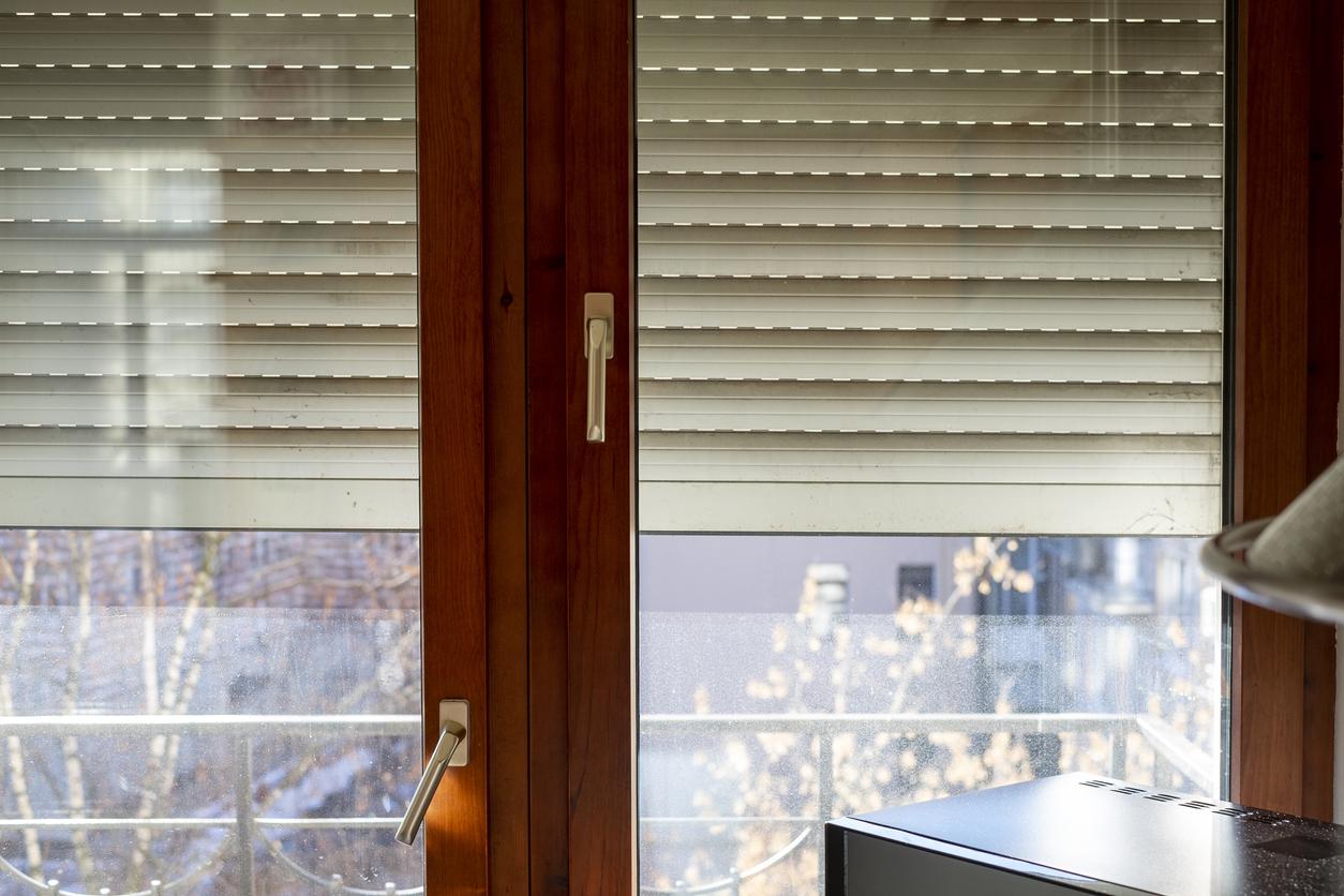 okno so žalúziami